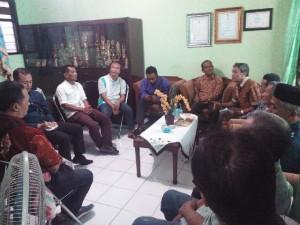 Rapat di ruang lurah tentang pengurusan perijinan